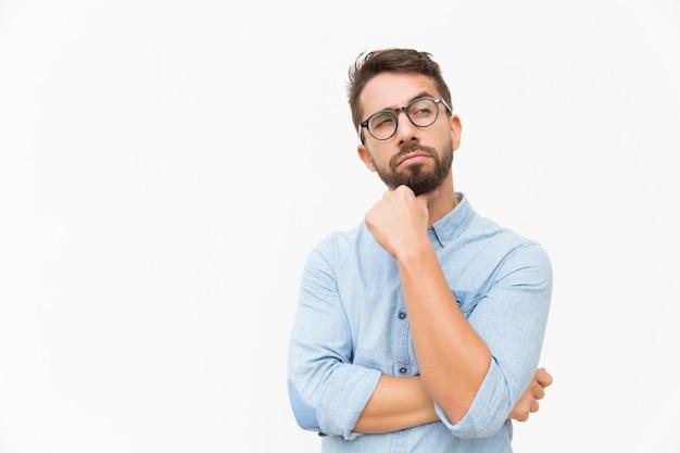Задумчивый мужчина клиент смотрит в сторону
