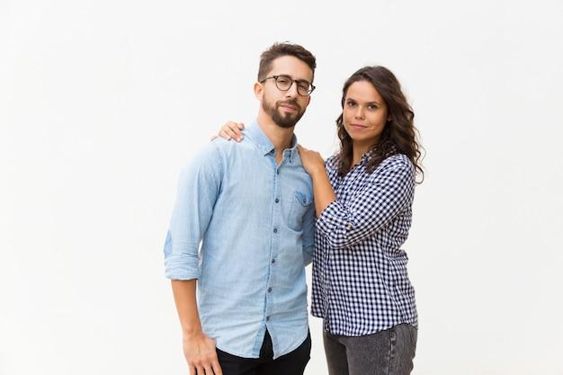 Позитивная симпатичная латинская женщина обнимает парня