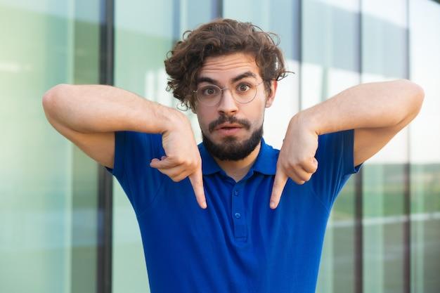Серьезный парень, указывая пальцем на копией пространства