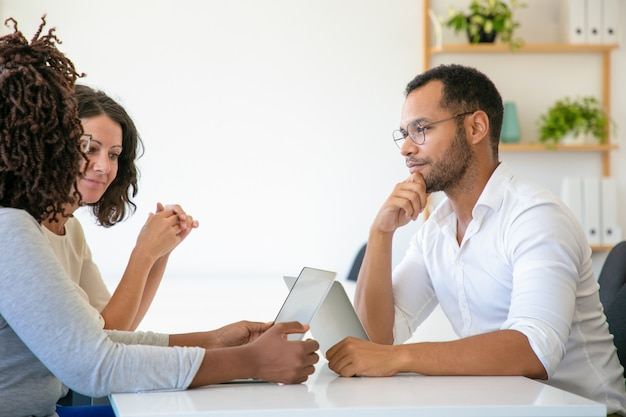 Веселые деловые партнеры разговаривают
