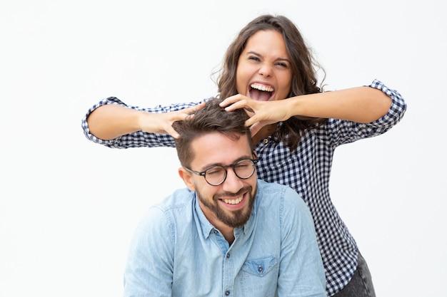 Веселая молодая пара весело