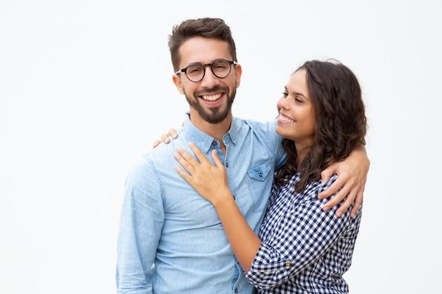 Счастливая молодая пара обнимает