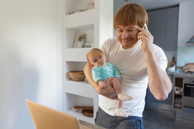 Положительный новый отец держит девочку