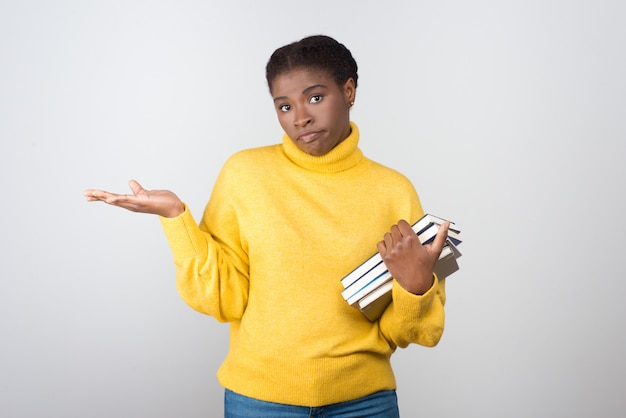 本を保持している不確実なアフリカ系アメリカ人学生