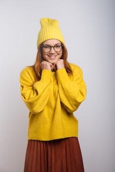 ニットの帽子と眼鏡のコンテンツの若い女性