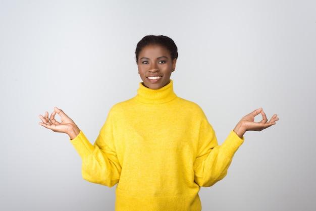 Счастливая молодая женщина медитирует и улыбается