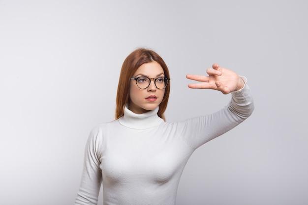 Серьезная женщина работает в виртуальной реальности