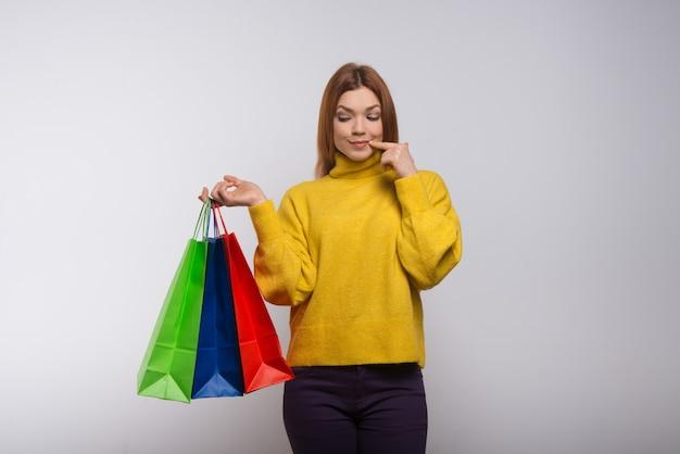 買い物袋を持つ若い女性の笑顔