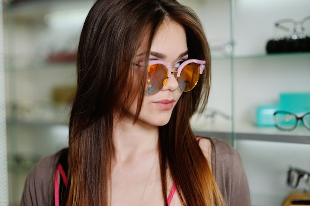 店の女の子は光学ガラスを選択します