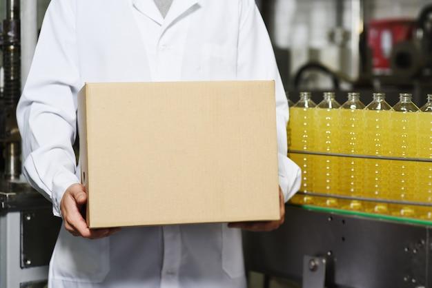 段ボール箱とひまわり油の食品生産ライン