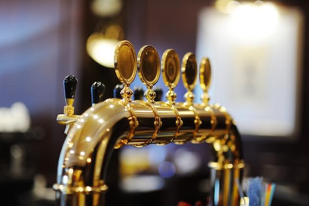 Позолоченный пивной кран для раздачи пива крупным планом