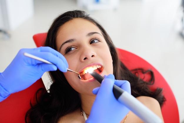 歯科医は女の赤ちゃんに歯を扱います