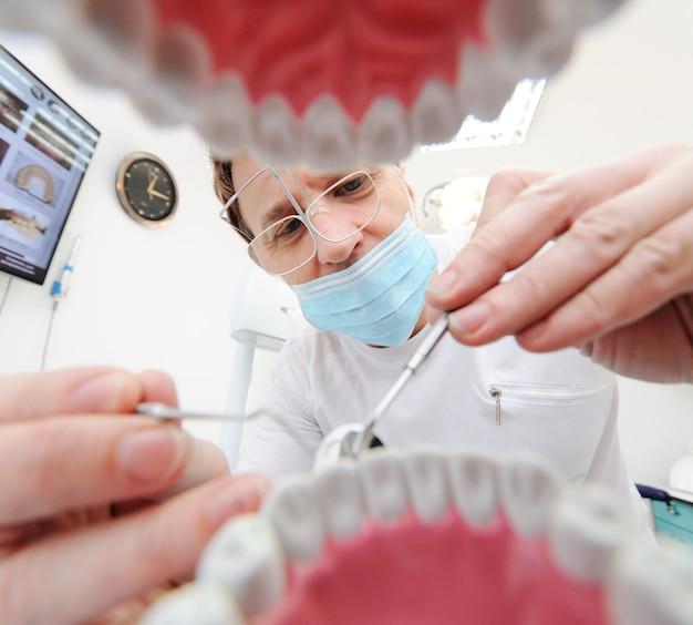 歯科医で患者の顎からの眺め