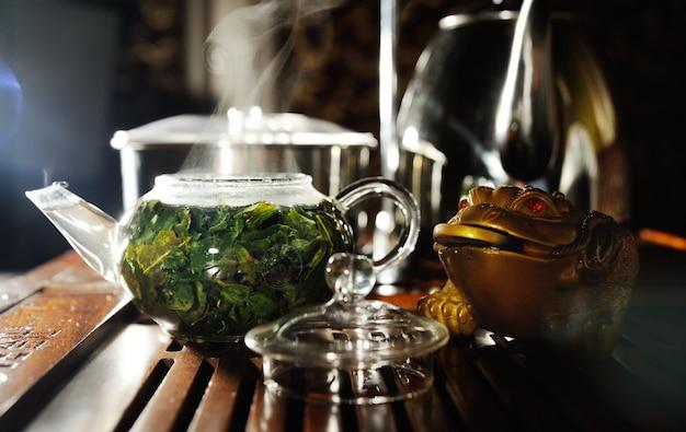 ティーテーブルの上の美しいティーポット。茶道