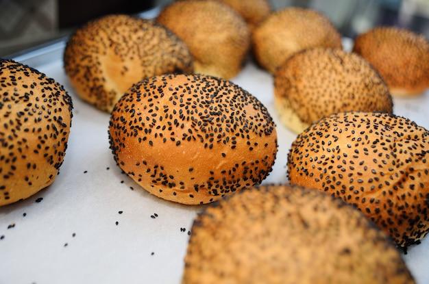 黒ゴマ種子のクローズアップと新鮮な丸いパンバーガー
