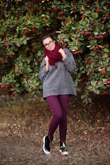 メガネとブルゴーニュのスカーフの美しい少女