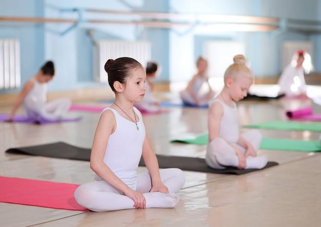 バレエスタジオでの若いダンサーのトレーニング