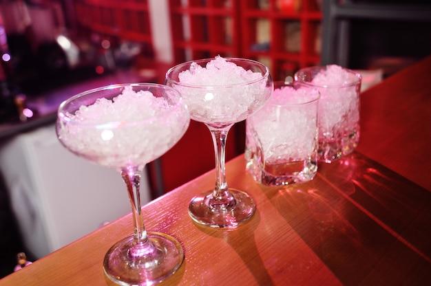 氷とカクテルのグラスをクローズアップ