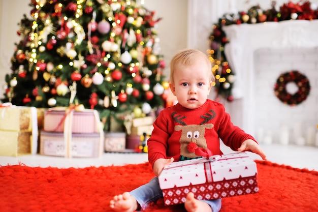 子供-サンタのトナカイの写真が付いた赤いクリスマスセーターの少年
