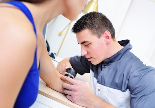 皮膚鏡検査、黒色腫の予防、皮膚がん、皮膚鏡。