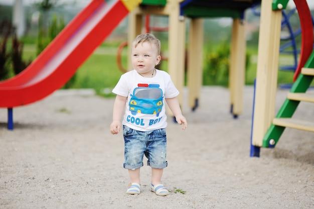 遊び場の背景に男の子の赤ちゃん