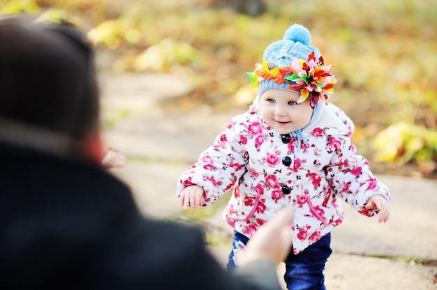 Девочка с разноцветным обручем на голове на фоне осенних деревьев