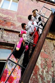 階段の四方のパントマイムが感情を描く