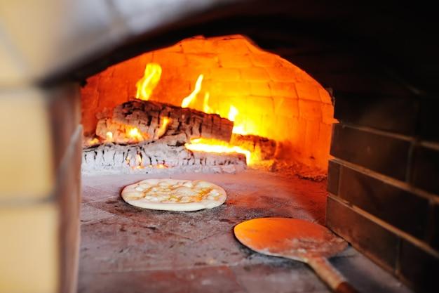オーブンのクローズアップでチーズとピザ