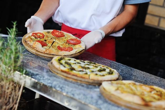 伝統的なイタリア料理 - ピザとフォカッチャ