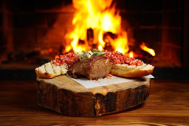 火の背景に美味しいステーキ