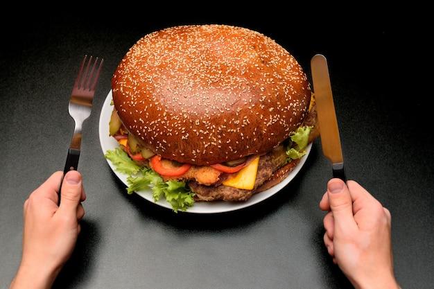 Огромный бургер на черном фоне