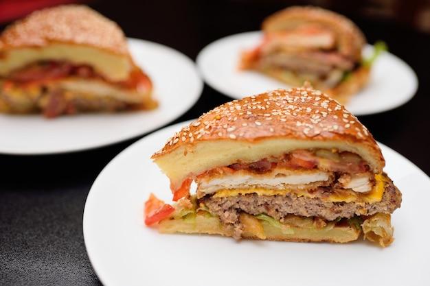 大きなハンバーガーやミートパイの食欲をそそるビット