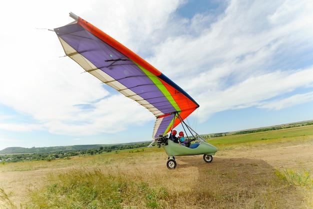 Красивый цветной дельтаплан взлетает в небо