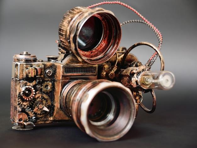 暗い背景に未来的なスチームパンクなカメラをクローズアップ