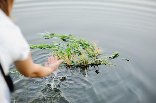 Девочка гуляет по реке венок из полевых цветов