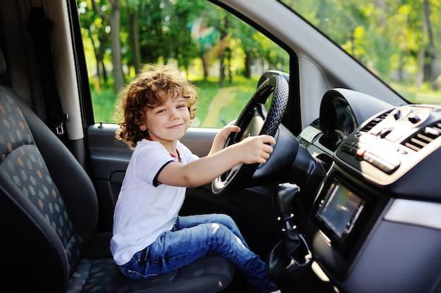 男の赤ちゃんが車を運転