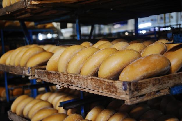 Свежий хлеб на полке в пекарне