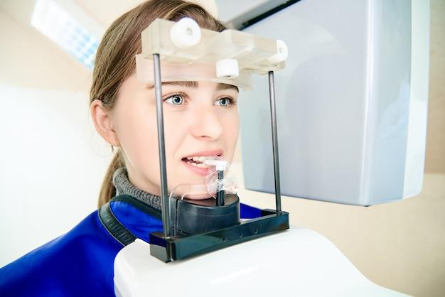Красивая девушка в стоматологической томографии