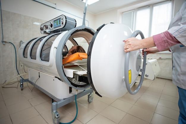 高圧室、純粋な酸素の供給による身体の治療と回復