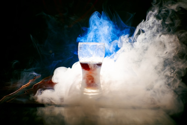 水ギセルからの煙、煙の中の物体
