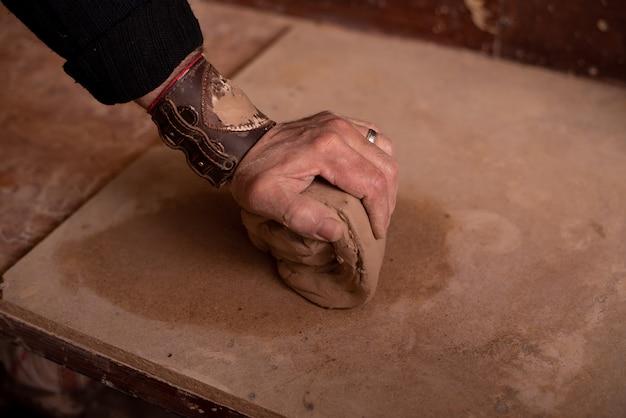 陶芸家の手は粘土を使って作品を作ります