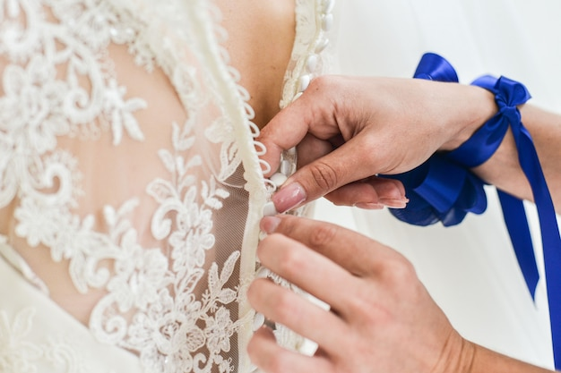 花嫁の脚にガーター、結婚式の日の瞬間