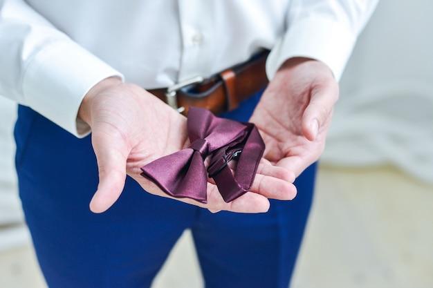 Крупный план джентльмена в черном. галстук