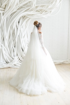 Свадебное платье в белой комнате