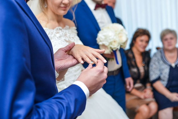 Брак руки с кольцами. бирде носит кольцо на пальце жениха