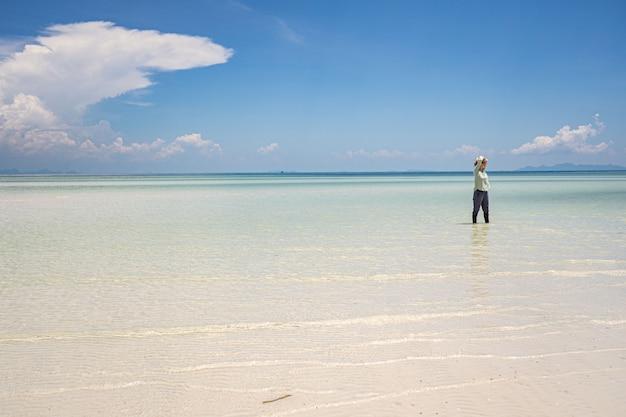 シルエット、水の反射で歩く子。