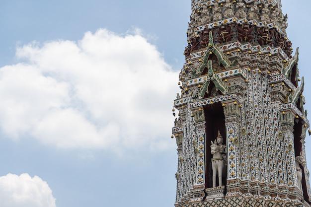 Храм ват арун в бангкоке, таиланд. ват арун - буддийский храм в бангкоке, район яй бангкока, таиланд, крупный план мозаики ват арун