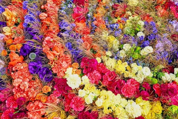 色とりどりの花。アスター、バラ、フリージアの花。上からの眺め。