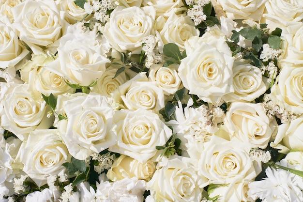 白いバラの花束。白い花。上からの眺め。