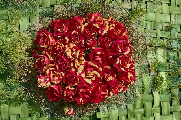 赤黄色のバラの花束、トップビュー